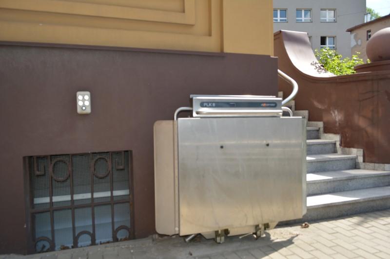 Zdjęcie windy podestu schodowego przy ulicy Poniatowskiego 31